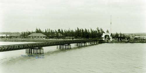 Hiền Lương Bridge Panorama - Photo by Howard Sochurek - 1961