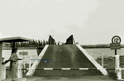 QL1 - Hiền Lương Bridge - Photo by Howard Sochurek - 1961
