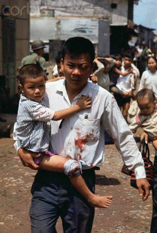 Sài Gòn 7.3.1968- Photographer: Kent Potter/© Bettmann/CORBIS  07 May 1968, Ho Chi Minh City, Vietnam --- Original caption: Saigon, South Vietnam: Civilians begin to evacuate homes in Cholon area of Saigon during VC attack. --- Image by © Bettmann/CORBIS